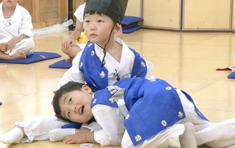 """Si An And Seungjae Become The Cutest Friends On """"The Return Of Superman"""""""