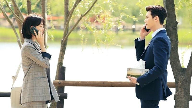 """Lee Jong Suk Comforts A Mysteriously Tearful Suzy In New """"While You Were Sleeping"""" Stills"""