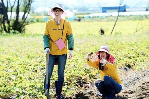 """Running Man"" Cast Experience The Farm Life In Stills For Upcoming Episode"