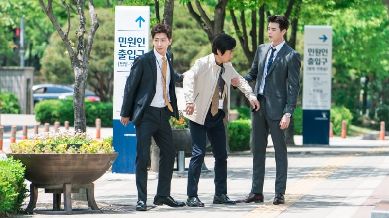 """Lee Jong Suk And Lee Sang Yeob Fight Over Kim Won Hae In New """"While You Were Sleeping"""" Stills"""
