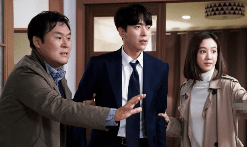 "Jung Ryeo Won And Yoon Hyun Min Find Themselves In Extreme Danger In Latest Stills For ""Witch's Court"""