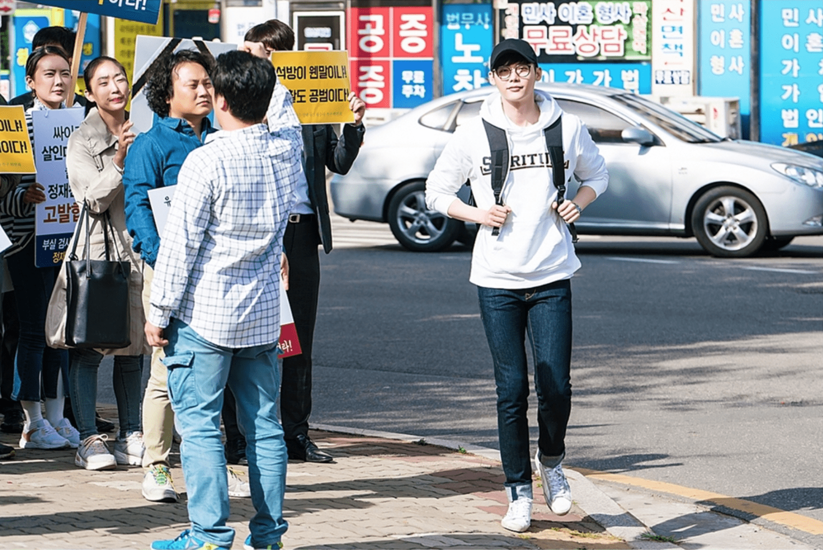 "Lee Jong Suk Is The ""Master"" Of Disguise In New ""While You Were Sleeping"" Stills"