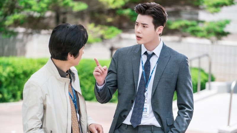 """Lee Jong Suk And Kim Won Hae Team Up To Investigate In New Stills For """"While You Were Sleeping"""""""