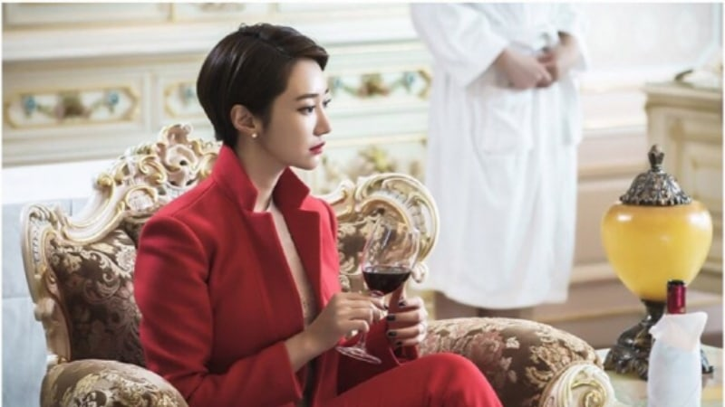"Go Jun Hee Transforms Into A Femme Fatale In New ""Untouchable"" Stills"