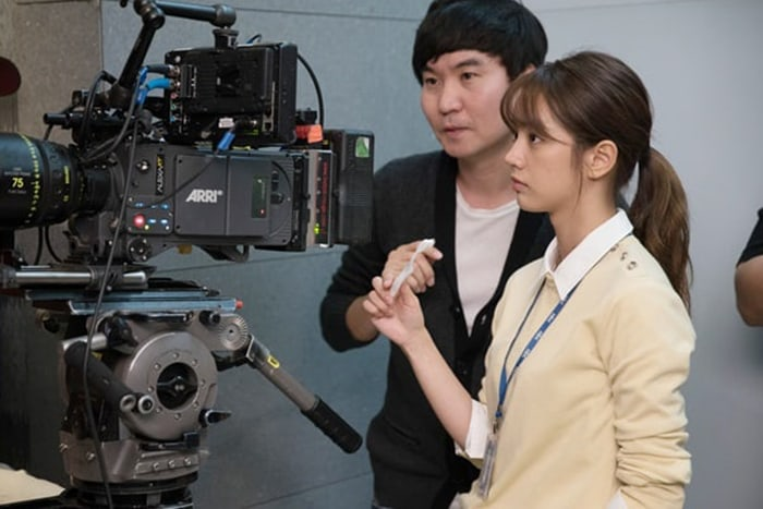 """Hyeri Perfectly Embodies A Reporter Behind The Scenes Of """"Two Cops"""""""