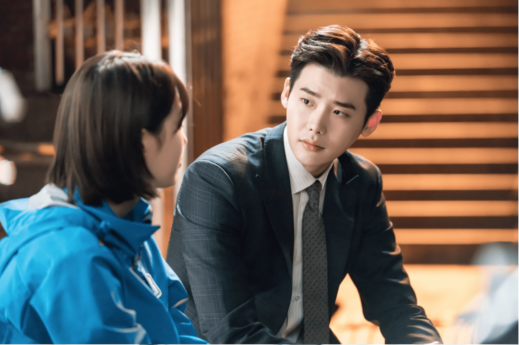 "Lee Jong Suk Cozies Up To Kim Won Hae And Confers With Suzy In New Stills For ""While You Were Sleeping"""