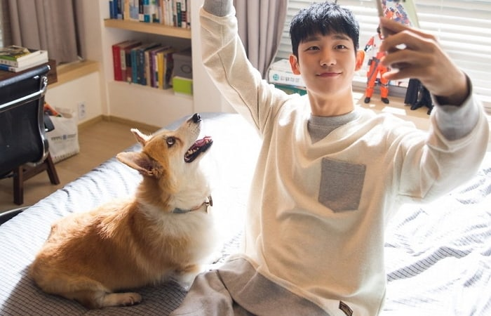 """Jung Hae In And Robin Is The Most Adorable Duo In """"While You Were Sleeping"""" Behind-The-Scenes Photos"""