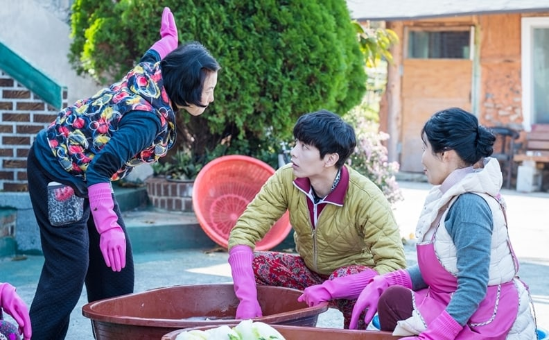 "Lee Min Ki Makes Kimchi With Jung So Min's Family In New Stills For ""Because This Is My First Life"""