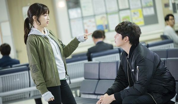 """Jung Hye Sung Is Already Suspicious Of Yoon Kyun Sang When They First Meet On """"Oh, The Mysterious"""""""