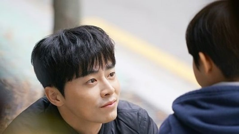"""""""Two Cops"""" Shares Heartwarming Stills Of Jo Jung Suk With A Young Child"""