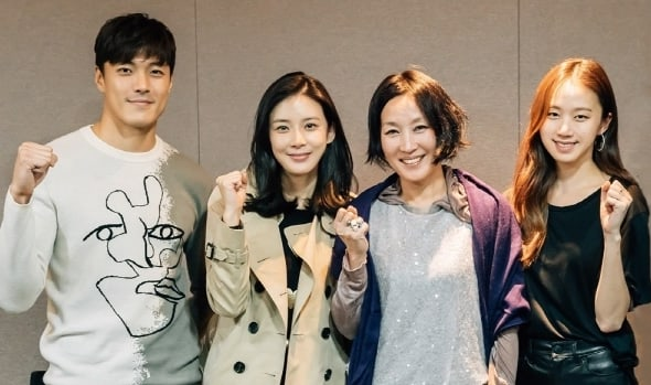 """Lee Bo Young, Lee Hye Young, And More Attend First Script Reading For New tvN Drama """"Mother"""""""
