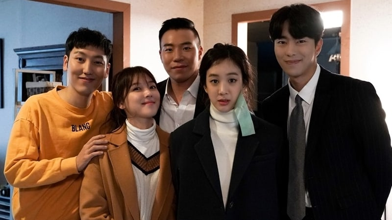 """""""Witch's Court"""" Cast Shows Off Their Friendship In Behind-The-Scenes Photos"""