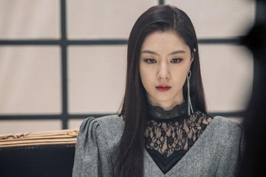 "Seo Ji Hye Transforms Into An Elegant Femme Fatale In ""Black Knight"" Stills"