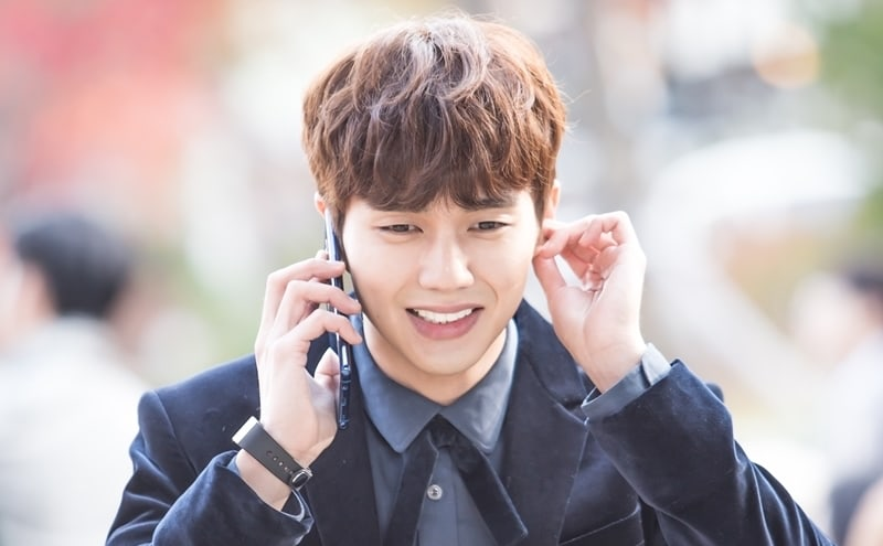 "Yoo Seung Ho Shows Depth Of His Emoting During A Single Phone Call In ""I Am Not A Robot"" Stills"