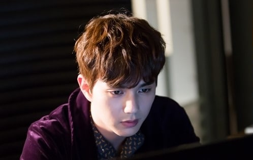 """Yoo Seung Ho Is Completely Immersed In His Work In New """"I Am Not A Robot"""" Stills"""