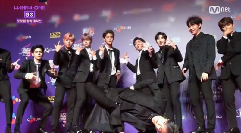 Watch: Wanna One Reveals Story Behind Kang Daniel's Photo Wall Pose At MAMA In Hong Kong