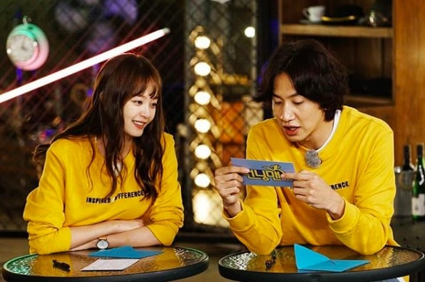 """Lee Kwang Soo Finds Out His Dating Compatibility With Jun So Min On """"Running Man"""""""