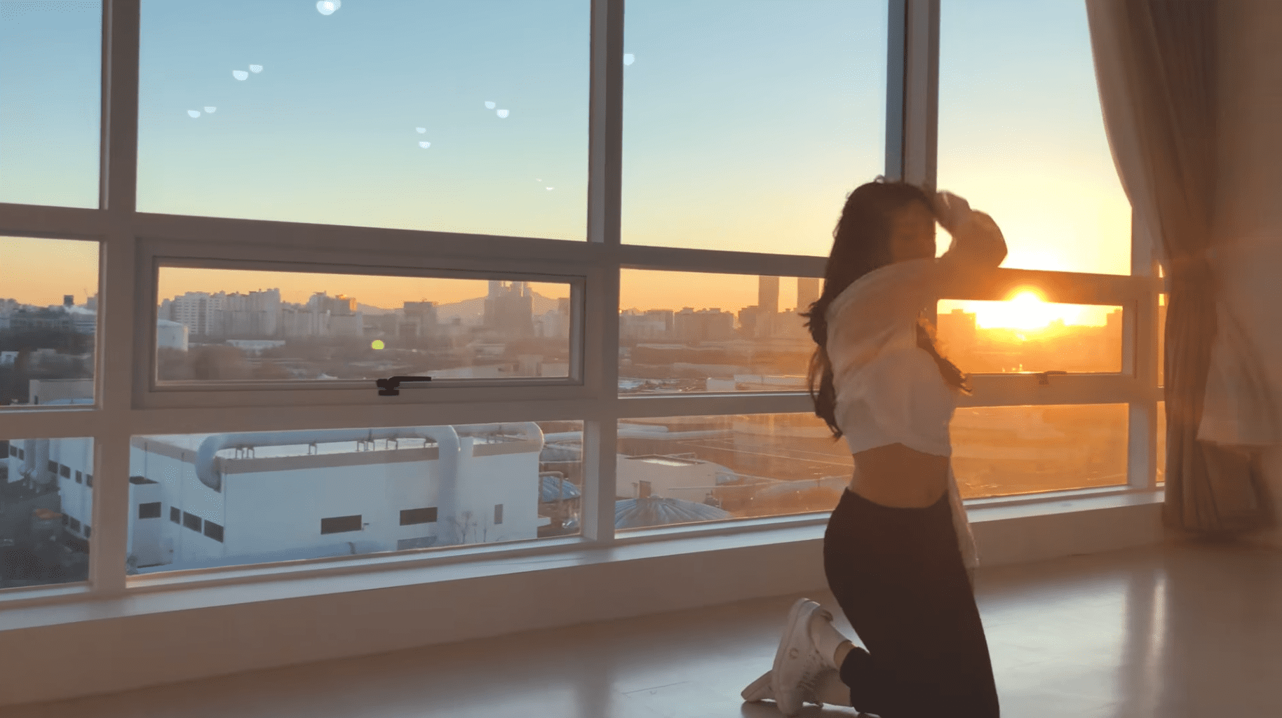"""Watch: ELRIS's Yukyung Releases Beautiful Dance Cover Of Tori Kelly's """"Paper Hearts"""" Shot At Sunset"""