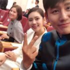 Chu Ja Hyun And Yu Xiaoguang Meet President Moon Jae In + Snap A Photo With Song Hye Kyo