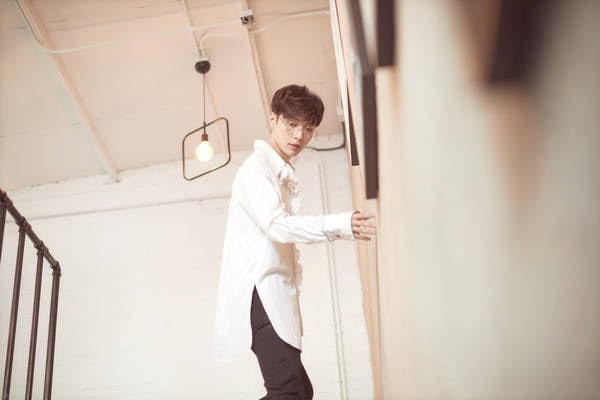 """EXO's Lay Thoughtfully Treats """"Idol Producer"""" Trainees Behind The Scenes"""