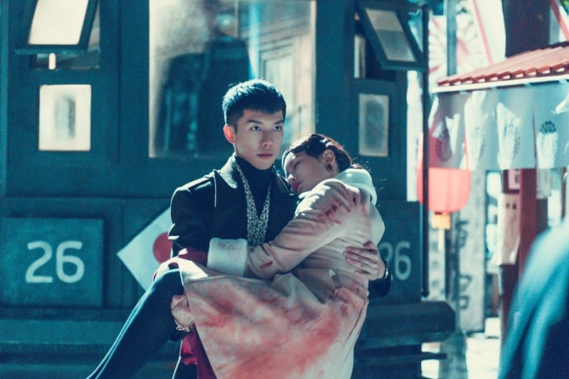"""Lee Seung Gi Holds Oh Yeon Seo In His Arms In New """"Hwayugi"""" Stills"""