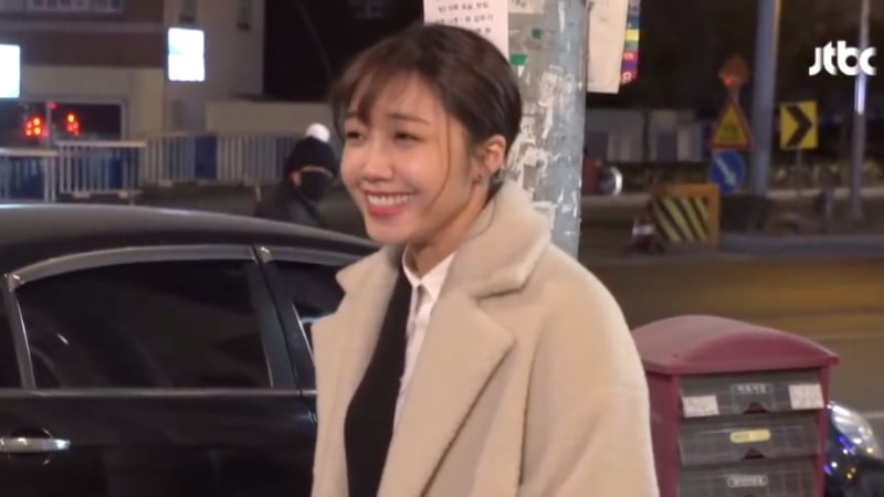 """Watch: Jung Eun Ji Adorably Takes Break From Filming To Greet Fan Behind The Scenes Of """"Untouchable"""""""