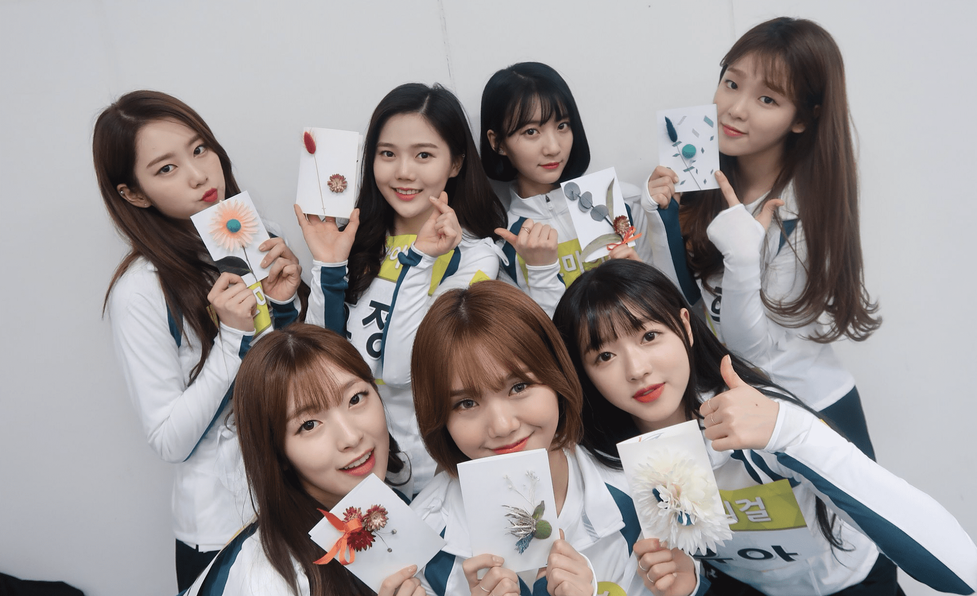 """Oh My Girl Gifts Fans Hand-Crafted Cards At """"2018 Idol Star Athletics Championships"""""""