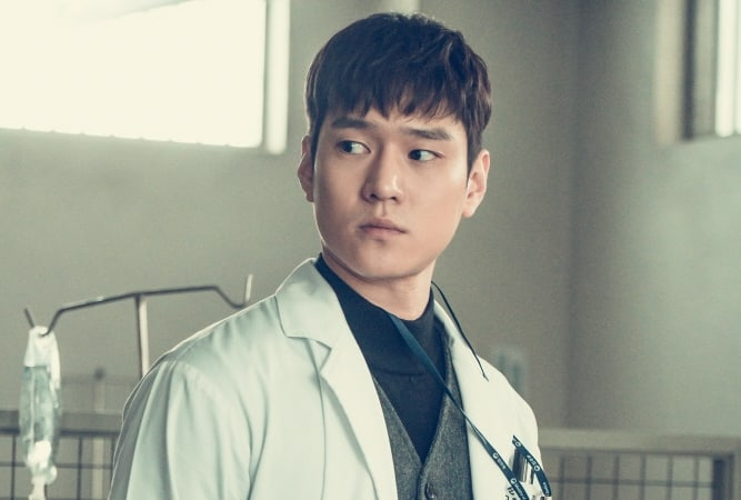 """Go Kyung Pyo Shares How He Prepared To Portray His 3rd Doctor Role In """"Cross"""""""