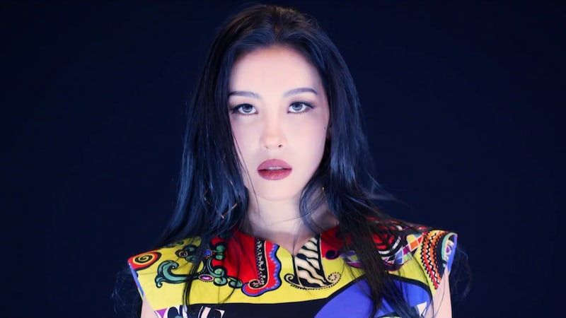 """Watch: Sunmi Is The """"Heroine"""" In MV For Much-Anticipated Comeback"""