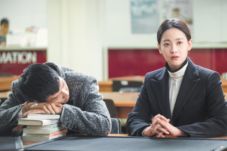 """Lee Seung Gi Can't Keep His Eyes Off Oh Yeon Seo During Their Quiet Library Date In """"Hwayugi"""""""
