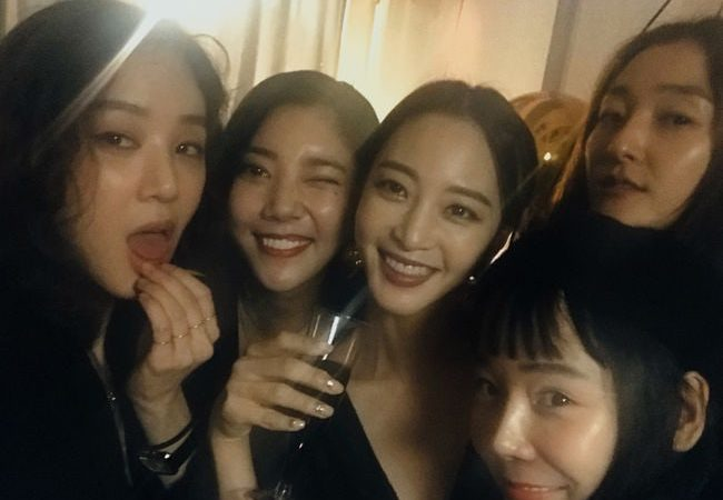 Jung Ryeo Won Celebrates Birthday With Celebrity Friends Han Ye Seul, Son Dambi, And More