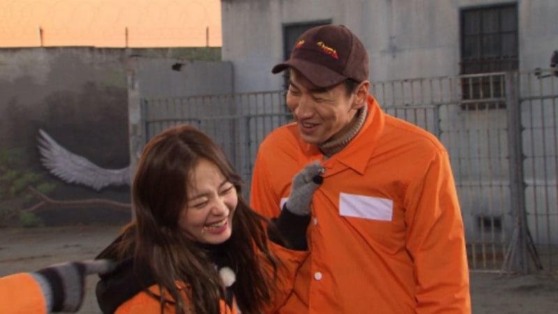 "Lee Kwang Soo Jokingly Proposes To Jun So Min On ""Running Man"""