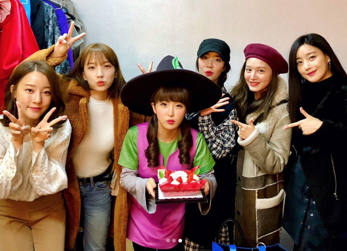 Rainbow Members Gather To Show Support For Youngest Member Hyunyoung