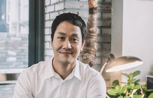 "Jung Woo Talks About His New Film ""Heungbu"" And Late Co-Star Kim Joo Hyuk"