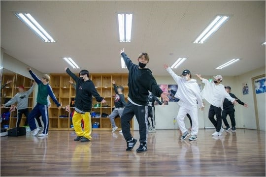 """""""Infinite Challenge"""" Shares Photos From H.O.T.'s Rehearsals For Reunion Performance"""