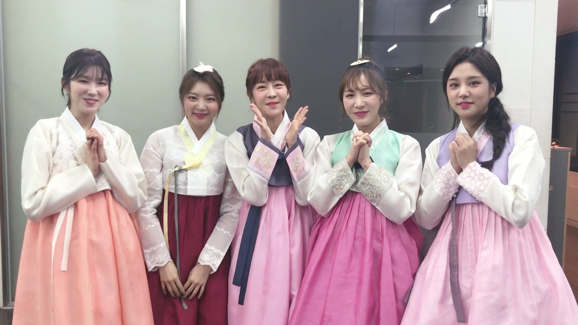 "LABOUM Looks Back On 2017, Including Shared Experiences On ""The Unit"""