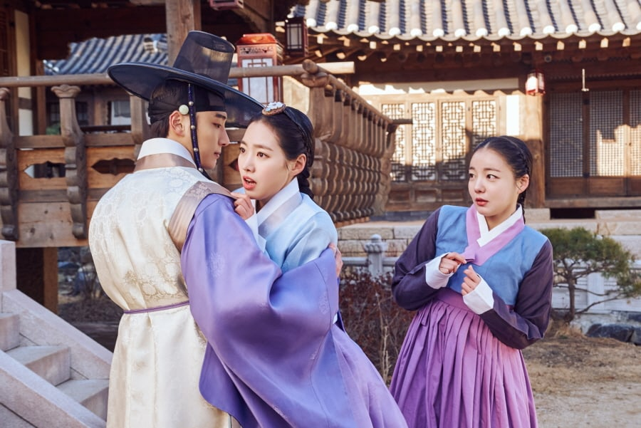 "Yoon Shi Yoon And Jin Se Yeon Have A Serendipitous Meeting In New ""Grand Prince"" Stills"