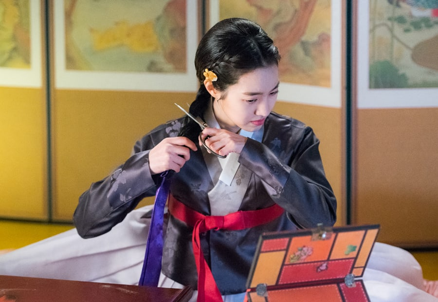 "Jin Se Yeon Cuts Her Own Hair In An Act Of Defiance In ""Grand Prince"""