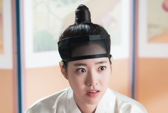 """Jin Se Yeon Wakes Up Confused About Her Male Disguise In """"Grand Prince"""""""