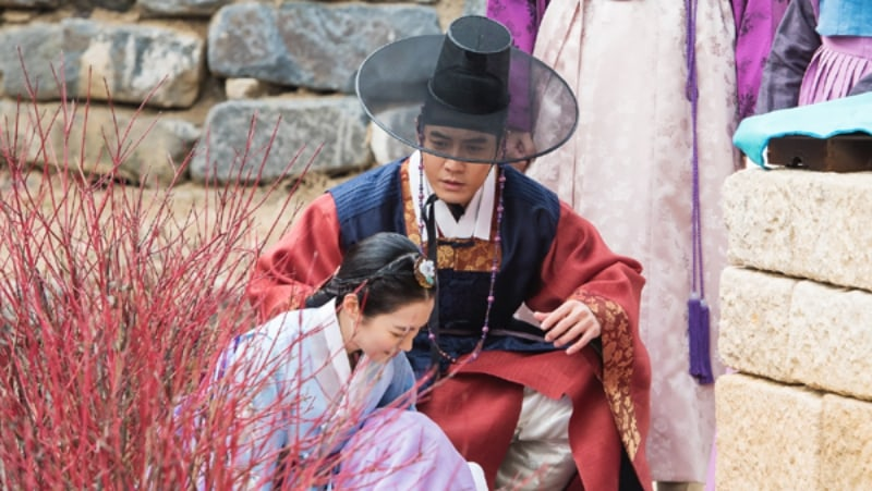 "Jin Se Yeon Tumbles Into Joo Sang Wook's Life On ""Grand Prince"""