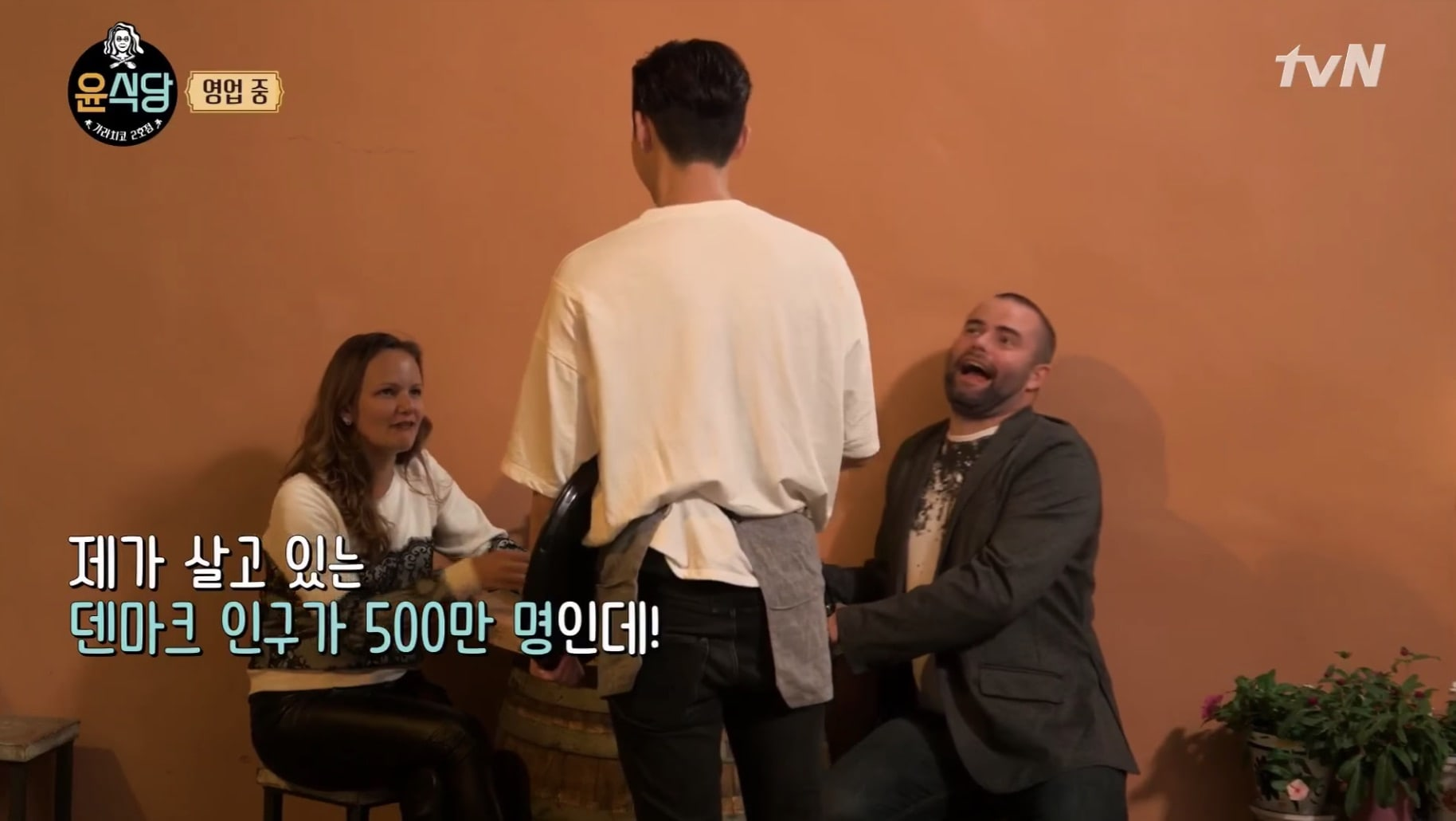 "Customers On ""Youn's Kitchen 2"" Literally Cannot Believe How Popular Park Seo Joon Is"