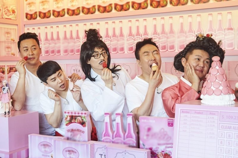 """""""Infinite Challenge"""" Cast Takes Hilarious Selfies With Strawberries"""