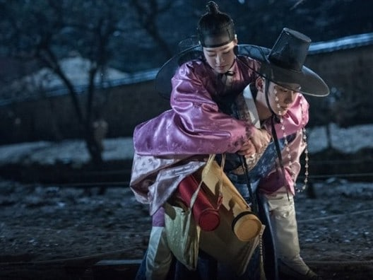 "Yoon Shi Yoon Gives Jin Se Yeon A Romantic Piggyback Ride At Night In ""Grand Prince"""