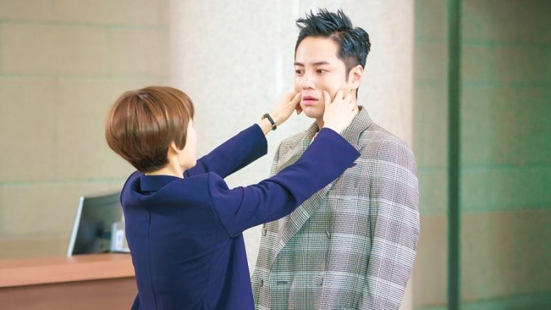 """Han Ye Ri Gives Jang Geun Suk A Cheek Pinch In """"Switch"""""""