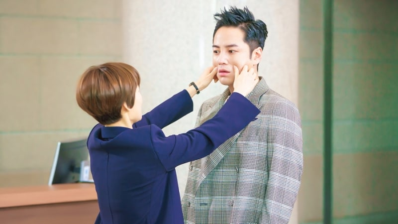 "Han Ye Ri Gives Jang Geun Suk A Cheek Pinch In ""Switch"""