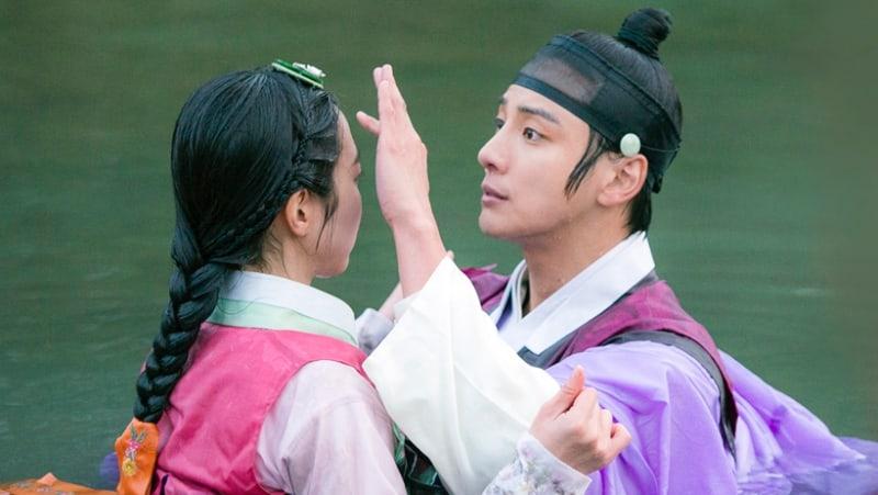 "Yoon Shi Yoon And Jin Se Yeon Confess Their Feelings On ""Grand Prince"""