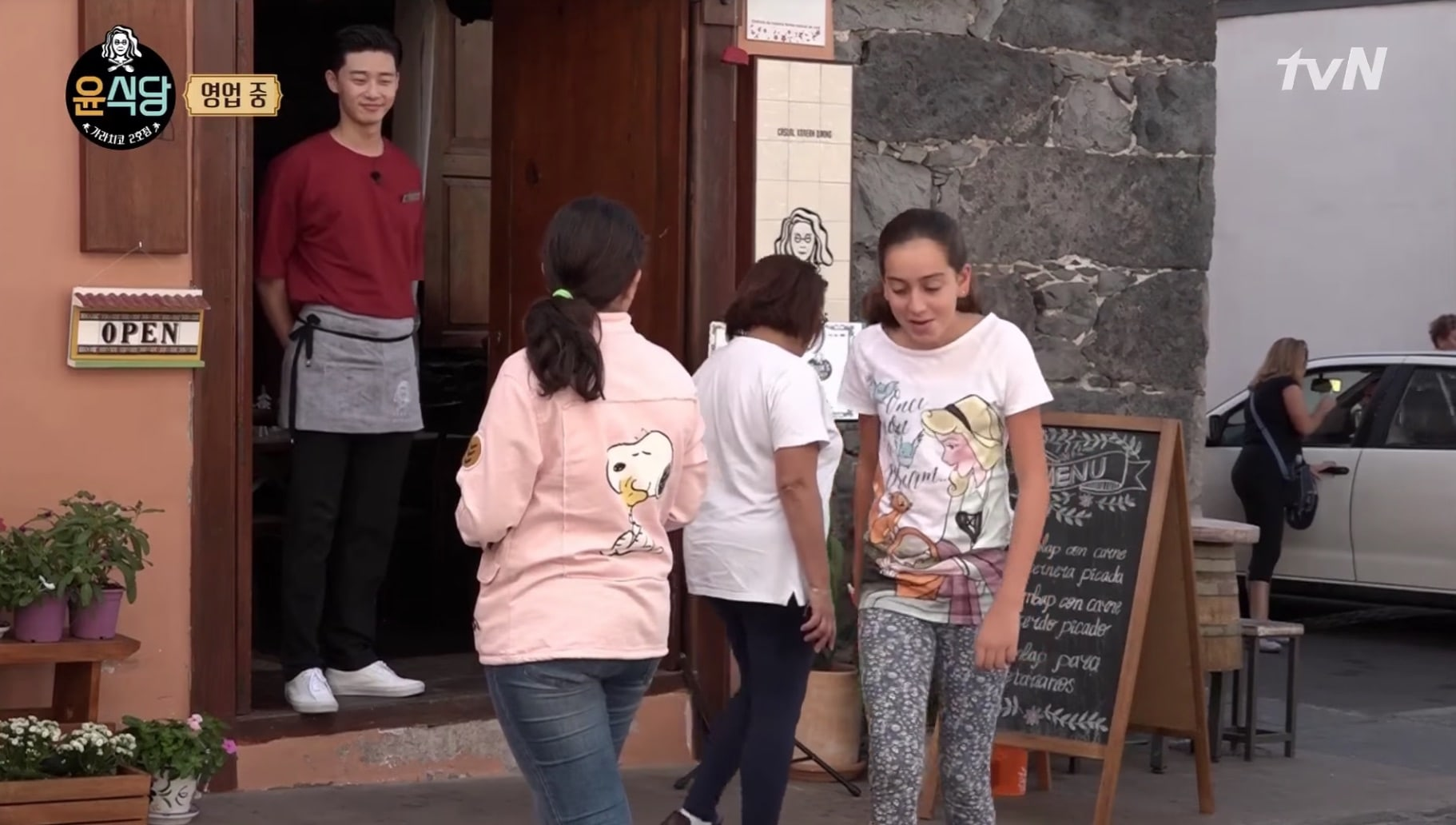 "Park Seo Joon Attracts Cute Fan Following In Spain During ""Youn's Kitchen 2"""