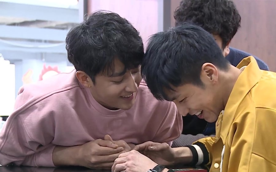 """TVXQ's Yunho And Son Ho Jun Show Off Close Friendship On """"I Live Alone"""""""