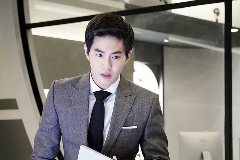 """EXO's Suho Exudes Charisma As A Genius CEO In First Stills For """"Rich Man, Poor Woman"""""""