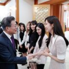 Girls' Generation's Seohyun, Red Velvet, And More Meet President Moon Jae In At Lunch Following Performances In North Korea